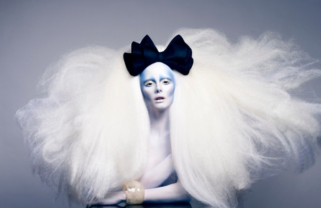 Roshar-big-white-hair-black-bow-white-skin-blue-makeup