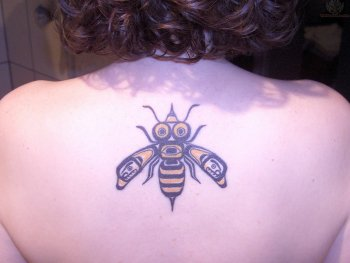 upper-back-bee-tattoo